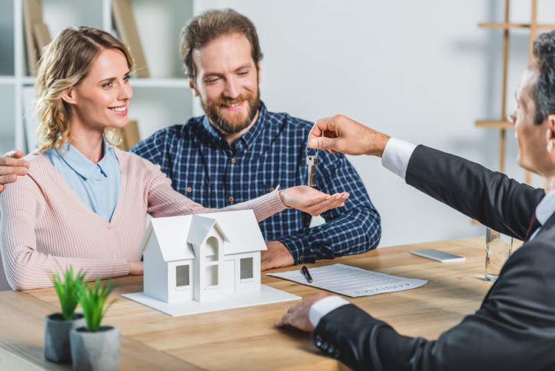 husband and wife buying first home